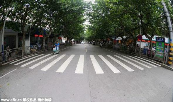 【中国】横断歩道 vs. ガードレール2