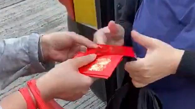 【香港】区議会選挙、親中派の選挙違反がひどい!福袋・お年玉配布などやりたい放題