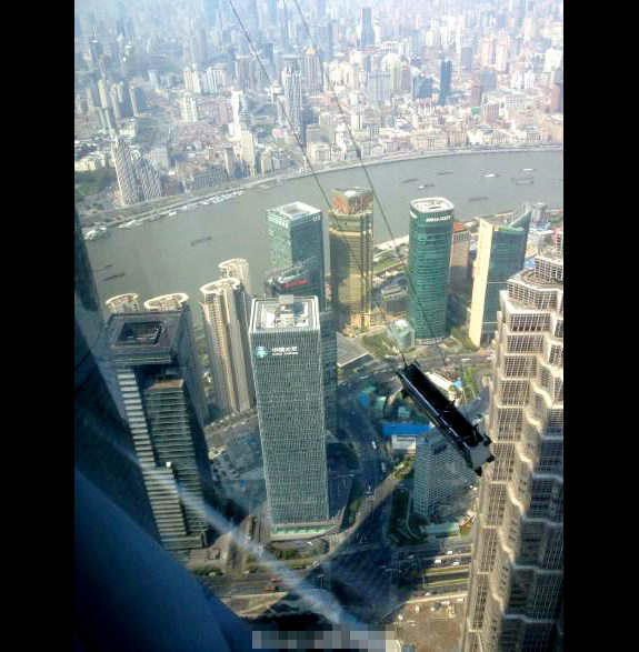 中国、高層ビル91階で清掃ゴンドラが大揺れ