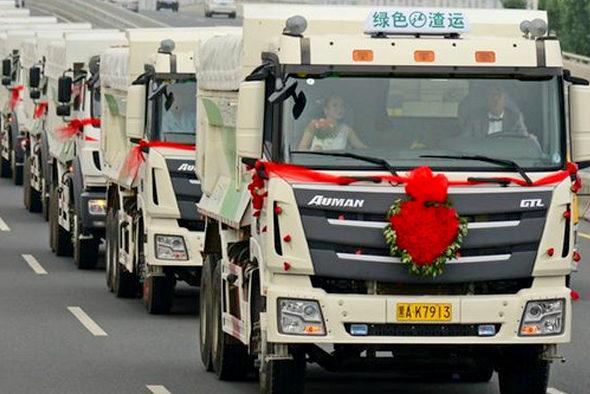 【中国】新車の大型トラック36台連ねて結婚式&会社開業!1