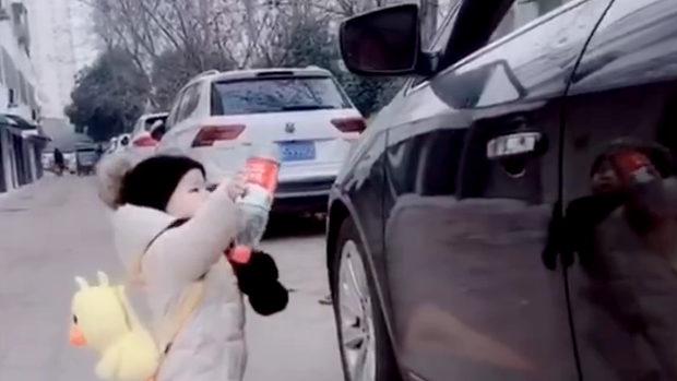 中国、車からペットボトルをポイ捨て!良い子が拾って返してあげる~!w