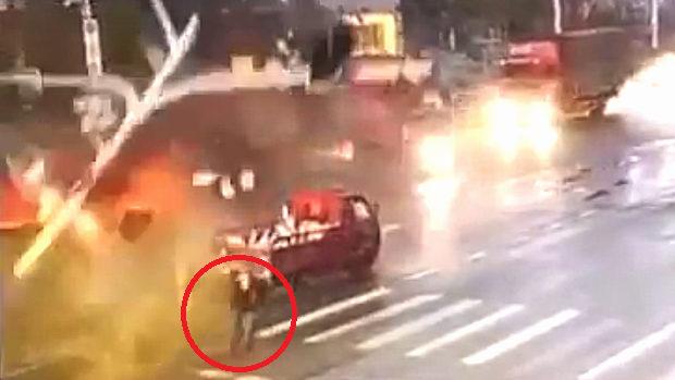 中国、交差点の信号機にトラックが衝突!落ちた信号灯の下には歩行者が
