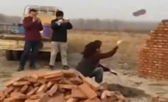 中国、レンガを投げて正確に家を築く美女