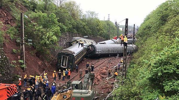 中国、湖南省で列車の脱線事故発生!5車両が横転、先頭車両は炎上!