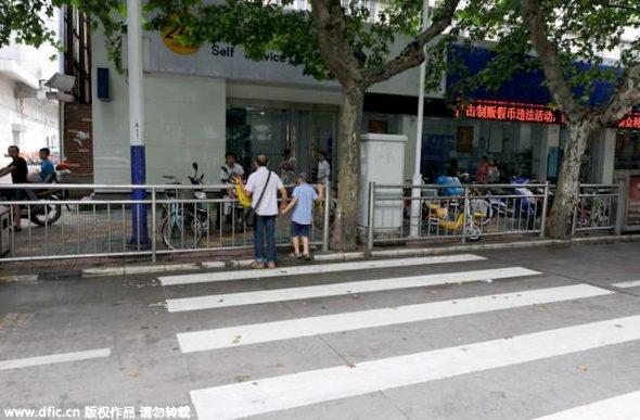 【中国】横断歩道 vs. ガードレール3