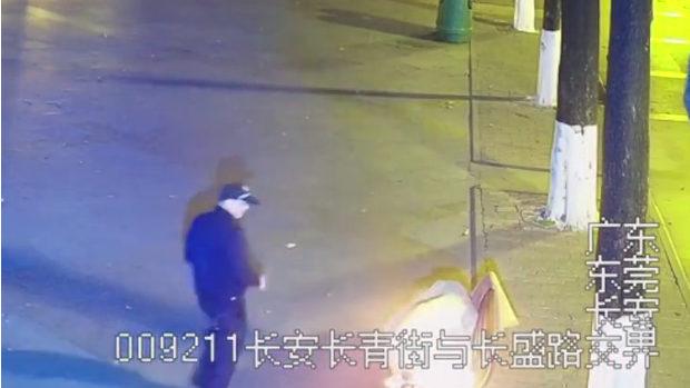 中国、男がベンチで寝ているホームレスに着火!さらに目撃者のふりをする!
