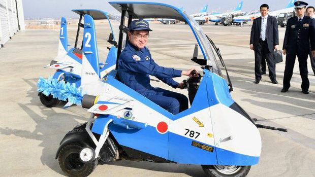 河野防衛相、自分がブルーインパルスに搭乗したカッコいい写真をドヤッと公開!
