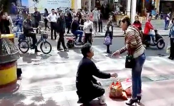 中国、亭主を路上で跪かせて罵り倒す妻!