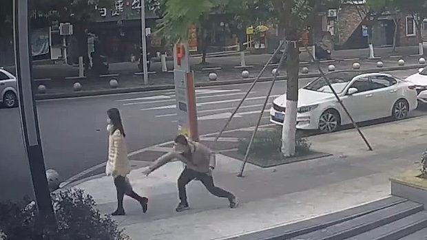 中国、マスクの男が歩道を歩いている女性に唾を飛ばしくっ付ける!