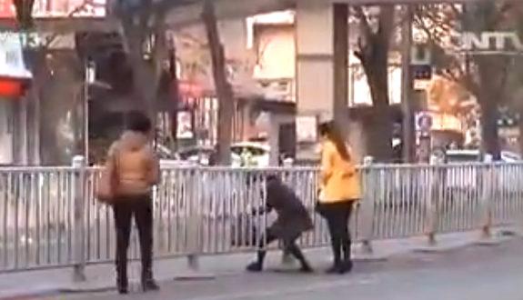 中国、交通ルールを守らず道路を横断する市民