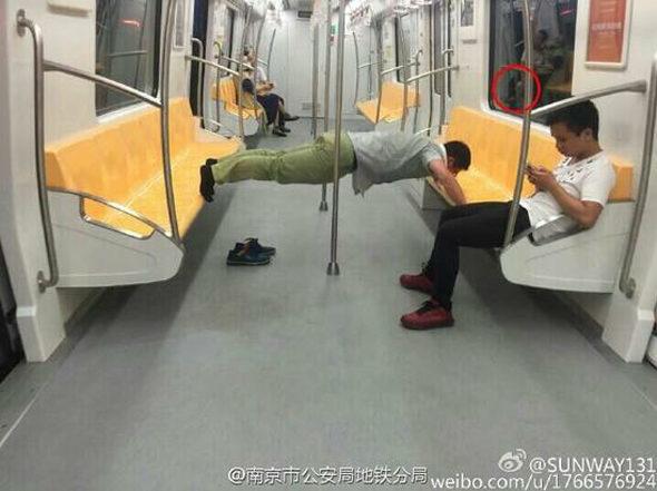 【画像】南京地下鉄に「腕立て伏せ男」