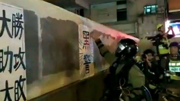 香港、警察=壁の「黒警」ポスターが剥がせない!いやいや、それ絵だから!