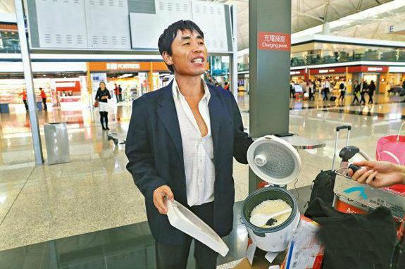 香港空港で空腹の中国人が電気炊飯器でご飯を炊いて食う!1