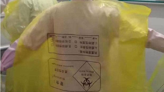 【中国】新型ウイルス、医療現場、防護服が届かないのでゴミ袋をかぶって頑張る!-1