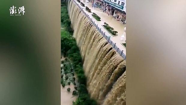 中国、豪雨による洪水で街が完全に冠水、すると壮大な滝が出現して圧巻!