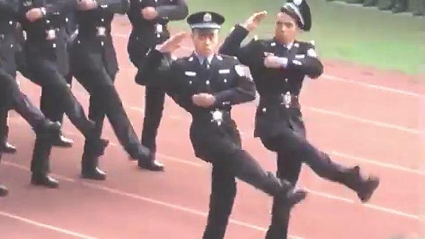 中国、軍事パレードのガチョウ足行進