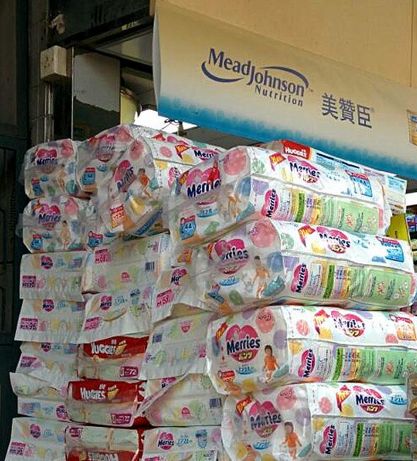 【中国】日本で品薄の紙おむつ「花王メリーズ」が香港の薬局店頭で鬼積み!