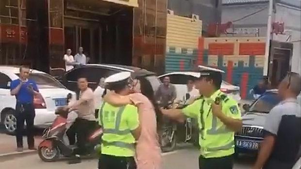 中国、交通違反やらかした女、罰金を逃れるため警官にぶちゅーっとキス