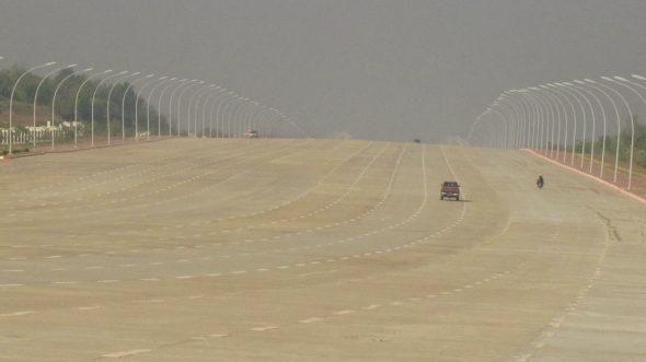 ミャンマー、首都ネビドーの20車線(片側10車線)の壮大過ぎる道路!2