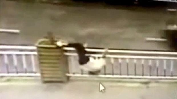 中国、ガードレールを飛び越え道路を横断しようとした女に天罰、悲劇が襲う!