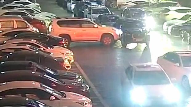 中国、女性ドライバー「この車邪魔、出られない!」と11回ぶつけて突破する!