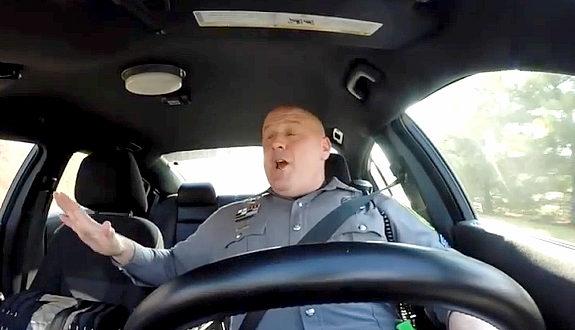 米国、ドーバー警察が公開したパトロール中の警察官の様子
