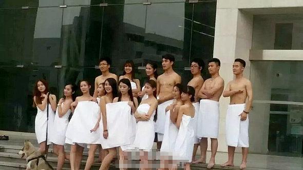 中国、北京の大学生 バスタオル姿で卒業写真1