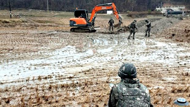 【韓国】国産ミサイル広報で外国の軍幹部が視察する中、標的を大きく外れ田んぼに着弾~!