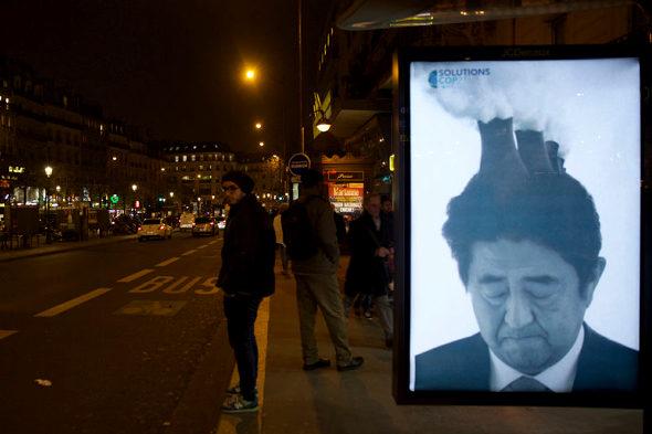 仏パリ、COP21開催で安倍首相のポスター2