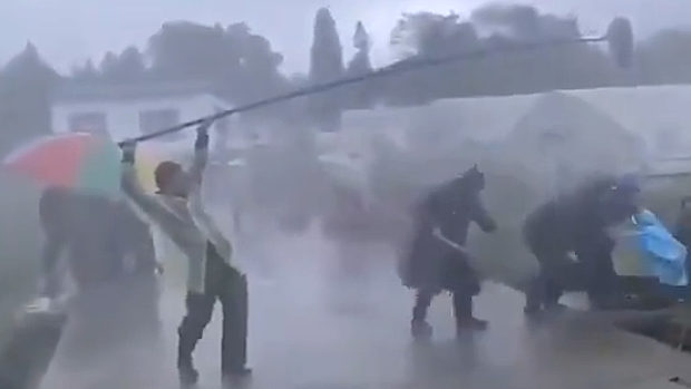 中共機関メディアによる「やらせ」撮影現場!豪雨災害救援活動中の警察