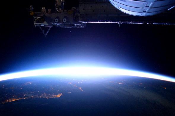【画像】宇宙飛行士・油井さん「宇宙の日の出」1