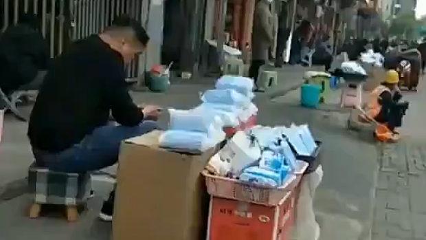中国、世界中から買い占めたマスク20億枚、余って路上に投げ売り露店が並ぶ