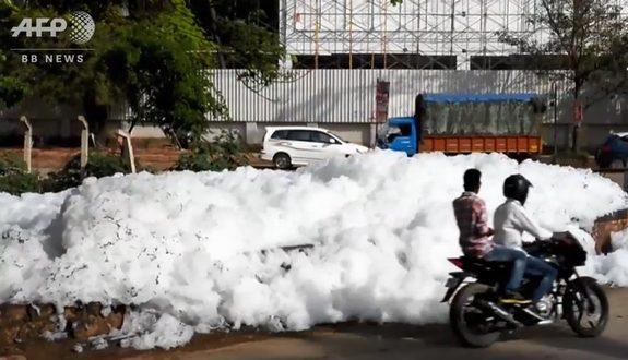 インド、街中に悪臭まき散らす泡