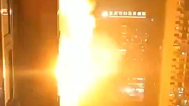 中国、今度は重慶市の病院が爆発、炎上!夜の街に閃光が走り、爆音が轟く!
