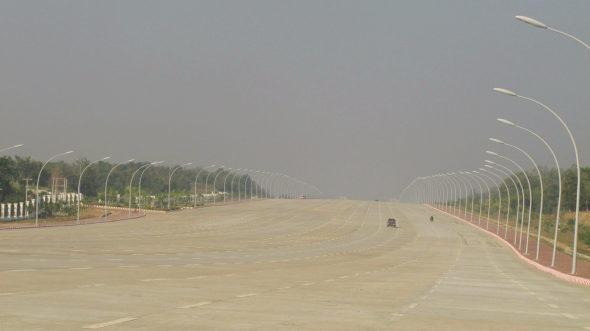【画像】ミャンマー、首都ネビドーの20車線(片側10車線)の壮大過ぎる道路!