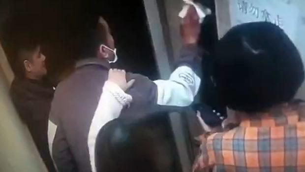 中国、ウイルス感染したのでエレベーターのボタンに唾を塗って拡散したろ!