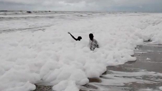 インド、国内有数のビーチに大量の白い泡が広がる!専門家「汚染物質!」