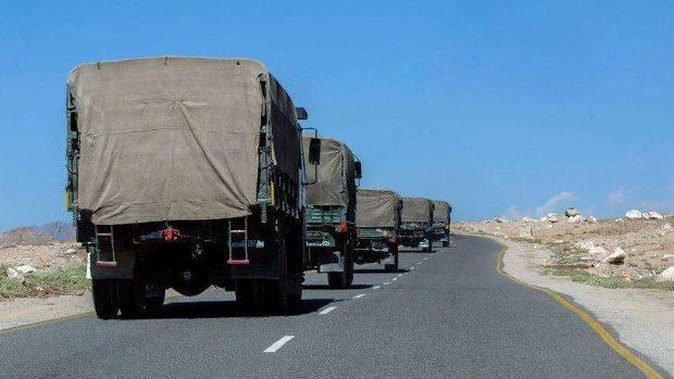 【インド】軍用トラックが続々と中国との国境へ!
