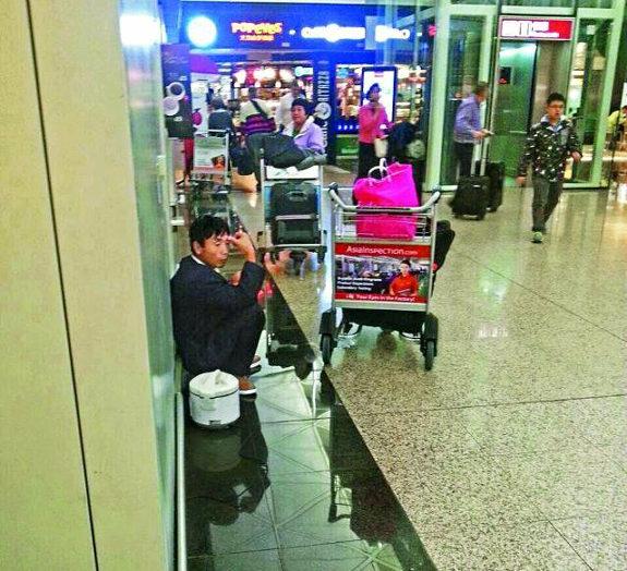 香港空港で空腹の中国人が電気炊飯器でご飯を炊いて食う!2