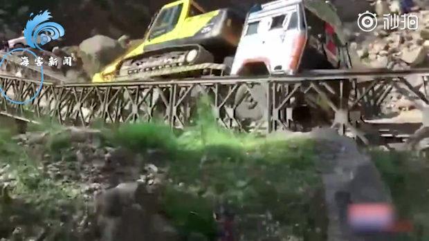 インド、印中国境近くで重機運搬車が通過中の橋が突然、崩壊!運搬車落下!