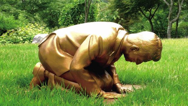 【韓国】慰安婦像の前で土下座する安倍首相の像「永遠の贖罪像」