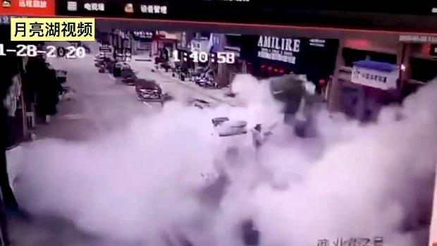 中国、また子供が道路の穴に爆竹を突っ込み爆発!地面が吹っ飛ぶ大爆発!