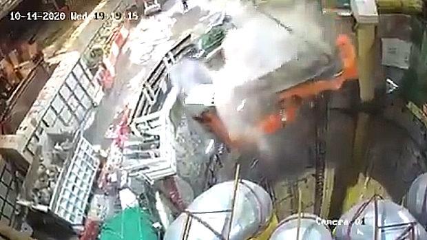香港、トンネル工事現場で吊り上げた掘削機がバランスを崩し大穴の中に落下!