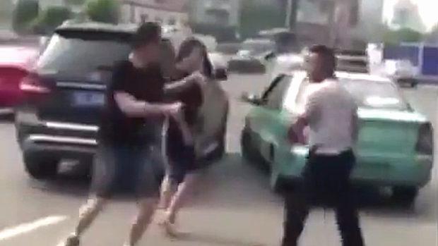 中国、道路の真ん中で男二人が喧嘩をおっ始める!