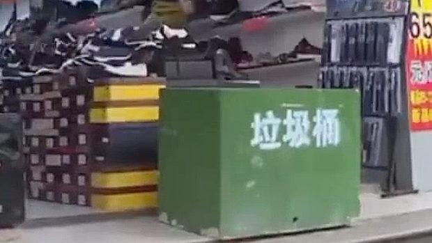 中国、店前にゴミを散らかす靴屋、店のど真ん前に巨大ゴミ箱を設置される