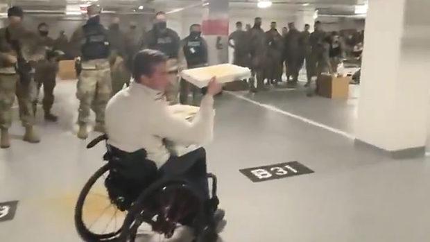 米国、バイデンが議事堂から駐車場へ追い出した兵士達にピザを届けるトランプ支持の最年少議員