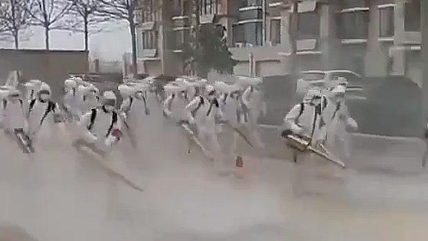 中国、武漢肺炎、大人数の消毒班を動員し街を消毒する様子が不気味すぎる!