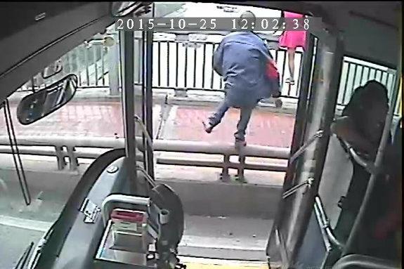 中国、女が橋から飛び降りようと!バス運転手が急停車し救助に!