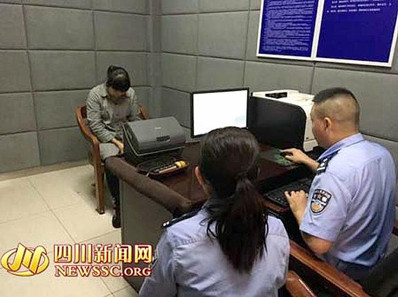 中国、女性が運転しながらマイクを持って歌う2