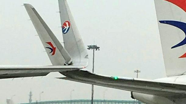 【中国】空港の駐機場を移動中の着陸機と離陸機が衝突!主翼がねじ曲がる! [海外] コメント